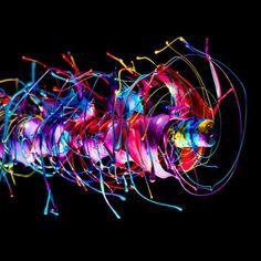 Fabian Oefner - Black Hole - Fotografie di vernice schizzata dalla forza centrifuga