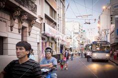 Córdoba, Argentina - 20 de noviembre de 2013: Pequeño grupo de personas y colectivos, con la esperanza de que la calle era libre de moverse en el centro de la ciudad de Córdoba, Argentina