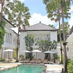 A beautiful boutique hotel which I have fallen in love with - the old colonial architecture is amazing and makes us feel like we are in The Hamptons. We got an IV drip delivery today by @thedosebali which contained Vitamin, C, B12, Collagen and some other goodies. We are defiantly living it up here! ☀️ #Bali #thecolonyhotel #thecolonyhotelbali
