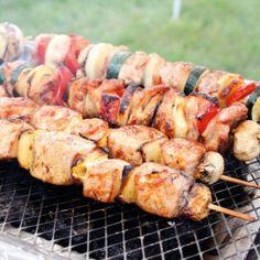 A csirkecombokat csontozzuk ki, kockázzuk fel, a füstölt szalonnát, a kolbászt, a zöldségféléket daraboljuk fel, a hagymát vágjuk karikára, a gombának törjük ki a törzsét, kalapját belülről sózzuk, borsozzuk. A húsféléket és a zöldségeket felváltva húzzuk nyársra úgy, hogy egy-egy gombával zárjuk a két végüket. Kevés sörrel elkevert olajjal kenegetve (vagy az olajos sörben megmártva) parázs fölött, lassan forgatva, 4-6 perc alatt süssük készre.