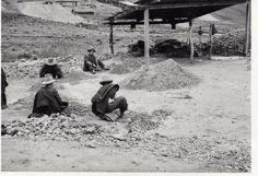 """""""Pallaqueando el mineral"""" de Cobre en la mina El Sinchao en Hualgayoc, o sea escogiendo el bueno martillando la roca y descartando el resto."""