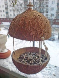 Learn How to Make 69 DIY Homemade Bird Feeders Today Got some spare time this winter? Why not spend it earning good karma by building one of these 69 unique diy bird feeders? We're sure that even your feathery friends will thank you. Diy Home Crafts, Garden Crafts, Diy Home Decor, Garden Ideas, Rustic Crafts, Garden Guide, Decor Room, Homemade Crafts, Homemade Bird Feeders