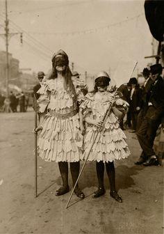 Bambini nel tempo Carnevale Fotografia di John Hypolite Coquille, National Geographic  Due bambine in costume per il Mardi Gras, il carnevale di New Orleans, in una foto dei primi del secolo scorso.
