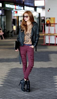 I want that moto yo. Moto + graphic tee + maroon pant + booties #kfashion