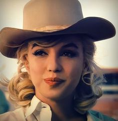 """Look at that sultry lady's sweet smirk! Here is Marilyn Monroe photographed by Eve Arnold during the filming of """"The Misfits"""" by John Huston. Marylin Monroe, Estilo Marilyn Monroe, Marilyn Monroe Photos, Marilyn Monroe Style, Marilyn Manson, Hollywood Glamour, Classic Hollywood, Old Hollywood, Hollywood Actresses"""