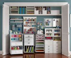 Omigoodness, I would so love to have a space like this for my crafts. I wonder how long I could keep it this organized...