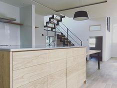 本能には逆らえない。無垢の栗の木を使ったキッチンやオーク床材が本質的な心地よさをかもします。#造作キッチン #自由設計 #設計 #注文住宅 #新築 #新築一戸建て #デザイン #デザイン住宅 #キッチン収納 #工務店 #タチ基ホーム #名古屋 #愛知 Divider, Room, Furniture, Home Decor, Bedroom, Decoration Home, Room Decor, Home Furnishings, Arredamento