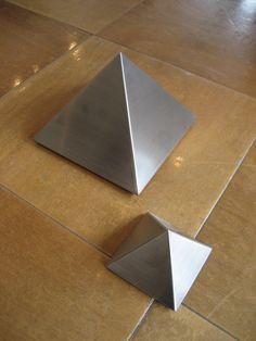 Urnen van RVS, in pyramide-vorm