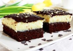 Prajitura cu blat de cacao crema de cocos si glazura de ciocolata este un adevarat rasfat culinar. Blatul umed si ciocolatos, ca de negresa, impreuna cu crema de cocos, alcatuiesc un desert minunat. Ingrediente Prajitura cu blat de cacao crema de cocos si glazura de ciocolata: Blat: 1 cana faina Romanian Desserts, Diy Food, Delicious Desserts, Sweet Treats, Food And Drink, Cooking Recipes, Tasty, Sweets, Homemade