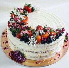 A Simple Birthday Cake Recipe for Homemade Cakes - New ideas Beautiful Birthday Cakes, Beautiful Cakes, Amazing Cakes, Rustic Birthday Cake, Oreo Dessert, Dessert Recipes, Bolo Nacked, Nake Cake, Chocolate Cake Recipe Easy