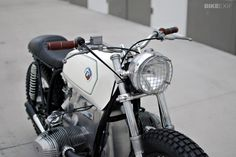 BMW by Kim Boyle. Saw this bike at the One Moto show. Probably my favorite bike there. The lines are so good, the detail was awesome, and its a unique look for a Beemer custom. Bmw Cafe Racer, Norton Cafe Racer, Cafe Bike, Motos Bmw, Bmw Scrambler, Bmw Motorcycles, Custom Moto, Custom Bikes, Custom Bmw