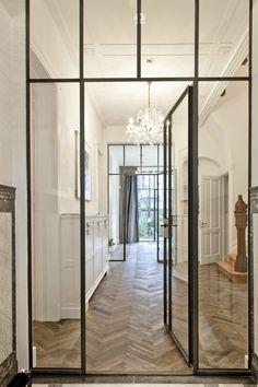 In oude glorie hersteld herenhuis | antieke eiken visgraat vloer | prachtige scheidingswanden van staal en glas.