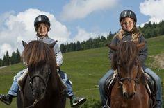 Reiten auf dem Ponyhof : Reitunterricht während des Sommerurlaubs im Familienhotel Feldberger Hof