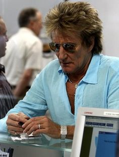 Check out Rod Stewart @ Iomoio 70s Music, Music Icon, Rod Steward, Queen Birthday, Happy Birthday, Ronnie Wood, Forever Young, Rock Bands, Singer