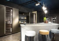 creating products with clean and calibrated surfaces made from prestigious materials. Colors and materials are personalized to the max, between soft and natural tones with customized finishes, for a tailor-made kitchen.
