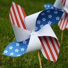 These Patriotic Pinwheels come with a free printable you can use! What a cute way to decorate for the 4th of July.