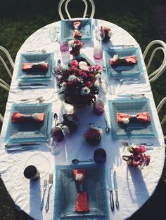 Summer dinner in the garden. Tablesetting for six, pink & blue based, Square, blue plates. Sun, meeting, tabletop, friends.