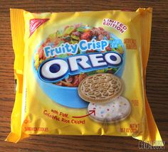 Right, right: Nabisco's new Fruity Crisp Oreos aren't officially licensed Fruity Pebbles cookies, nor do they even Weird Oreo Flavors, Pop Tart Flavors, Cookie Flavors, Bolo Hello Kitty, Cute Food, Yummy Food, Oreos, Japanese Snacks, Weird Food