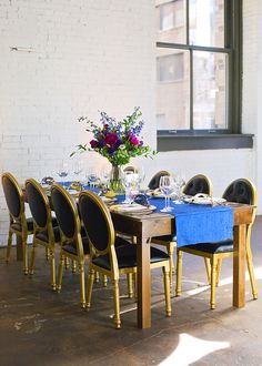The perfect mix of cobalt + vibrant colors wedding tablescape / Vibrant New Year's Eve Wedding / photo by Jen & Dayton Photography | http://www.forlikeever.events