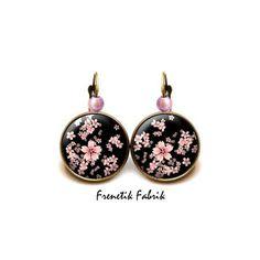 Boucles d'Oreilles °Sakura - Fleur de Cerisier Rose sur Noir° Bronze GM : Boucles d'oreille par frenetik-fabrik