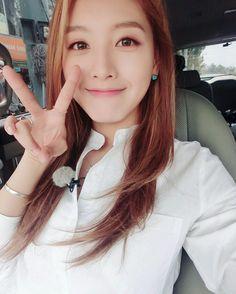 Rainbow Jaekyung My Beauty, Asian Beauty, Korean Girl Fashion, Girl Bands, Selfie, Me As A Girlfriend, Pretty Woman, Asian Girl, Short Hair