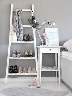 Uma escada pode fazer o papel de criado-mudo, sapateira, estante de livros, porta-toalhas e muito mais. Ideias criativas paradecorar e organizar.
