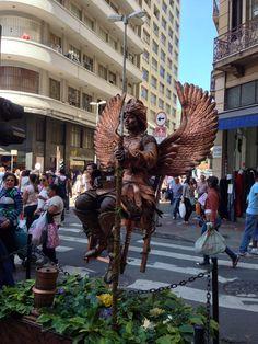Mulher flutuando em uma cadeira na 25 de Março.  http://imoveismlara.wordpress.com/  http://www.marcelolara.com.br