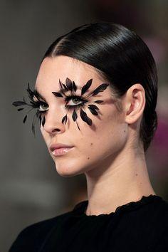 Pat McGrath Feather Lashes Makeup Looks For The Valentino Couture Spring 2019 Show In Paris Makeup Goals, Makeup Inspo, Makeup Art, Beauty Makeup, Vogue Makeup, Makeup Eyes, Eyebrow Makeup, Catwalk Makeup, Runway Makeup