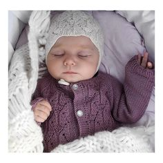 S L E E P I N G B E A U T Y #strikk #strikkibruk #babystrikk #jentestrikk #strikkenerd #strikktilbarn #knit #knitwear #knittersofinstagram #girlsknit #strikkemamma #babyknit #babyboho #babaybohoblanket #fauna #faunajakke #faunalue