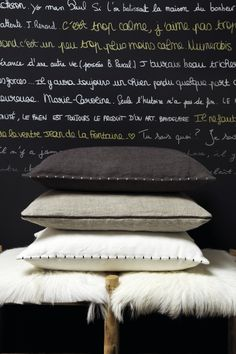 text and cushions; the same colors Diy Pillows, Cushions On Sofa, Decorative Pillows, Linen Pillows, Linen Bedding, Bed Linens, Silk Pillow, Concept Home, Cushion Fabric