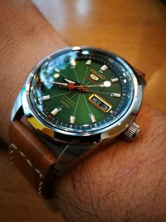 Love the green face on this Seiko. Not vintage or expensive/ Seiko Amazing Watches, Beautiful Watches, Cool Watches, Stylish Watches, Luxury Watches For Men, Watches For Men Affordable, Vintage Watches For Men, Swiss Made Watches, Expensive Watches