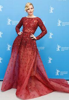Abendkleider: Hinreißend sieht Elizabeth Banks in der tiefroten, bestickten Robe von Elie Saab aus.