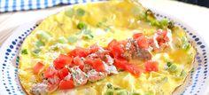 Omelet met reepjes gerookte zalm, lenteui en bieslook