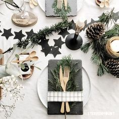 21 Amazing Creative Christmas Dining Table Ideas Christmas Place setting with slate Stars and Baby's breath floral arrangement and candles Christmas Dining Table, Christmas Table Centerpieces, Christmas Table Settings, Christmas Decorations, Christmas Place Setting, Holiday Decor, Christmas Tablescapes, Tree Decorations, Scandinavian Christmas