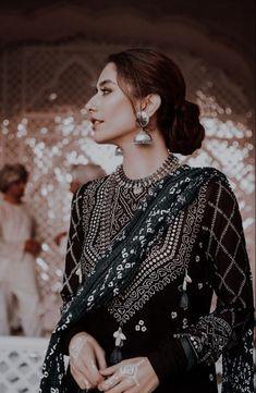 India Fashion, Asian Fashion, Girl Fashion, Fashion Design, Pakistani Fashion Party Wear, Pakistani Outfits, Pakistani Couture, Pakistani Bridal, Indian Wedding Outfits