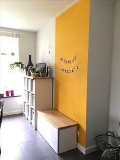 Mijn gele muur in de keuken #okergeel #Histor #Goud #1573-Y10R met daarnaast Scallop Grey ook van Histor muurverf en mijn man heeft de kastjes gemaakt, een vakkenkast met eikenhouten blad en kist ook met eiken blad
