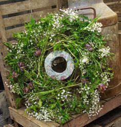 Kreativ Fryd Blomsterbinderi Brudearbeid, Jasmin og Fritillaria. Floral Wreath, Plants, Home Decor, Creative, Decoration Home, Room Decor, Plant, Interior Design, Home Interiors