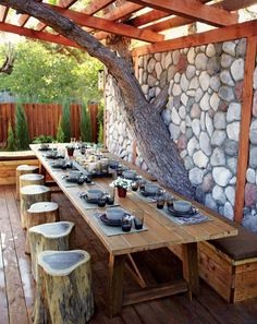 How incredible is this outdoor dining room? That stone wall though! Spotted on Decoholic #munalifestyle #munaluchi #homedecor