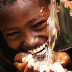 The joy of a child in Africa experiencing fresh well water for the first time. This is a childs first time with fresh water. How old do you think he is? How many times do you think he drank dirty water? How would you feel if you were him? Beautiful Smile, Beautiful Children, Beautiful People, Beautiful Beach, Simply Beautiful, Beautiful Things, Just Smile, Smile Face, Tanz Poster