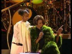Pin for Later: Blickt zurück auf Bobbi Kristina's schönste Momente mit ihrer Mutter, Whitney Houston  Bobbi Kristina sang gemeinsam mit ihrer Mutter während eines Auftritt in Deutschland im Jahr 1999.