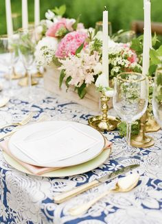 In love with the gold accents in this table setting. Perfect for an outdoor wedding reception!   Photograph by Sweet Tea Photography