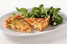 Quiche gevuld met gerookte kip, paprika, zongedroogde tomaat geserveerd met verfrissende salade.