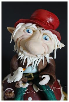 """Darf ich Vorstellen.... """" Leondri der Gnom """"   Modelliert ist der kleine Gnom mit der Modellierpaste von Saracino .. bemalt ist er mit den Farben von Magic Colours und Tortys - Backzubehör Shop .. Einfach hammer wie toll diese Farben sind..."""