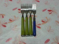 4 tenedores 3 con mango verde y uno con mango azul 3/4 o 1/4. Mango Verde, Tableware, The World, Fractions, Blue Nails, Dinnerware, Dishes, Serveware