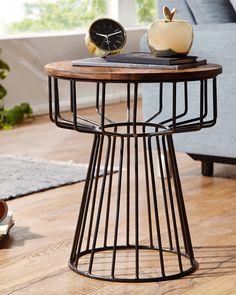 Dieser runde Beistelltisch (DM x H ca. 47 x 55 cm) kann mit seiner außergewöhnlich schönen Kombination aus massiver Echtholzplatte (Sheesham) und drahtkorbartigem Eisengestell in Schwarz (lackiert) punkten. Modern und doch rustikal überzeugt der kleine Tisch außerdem mit einer 1,5 cm dicken Platte und einer Tragkraft von bis zu 30 Kilogramm. Dieser Beistelltisch passt zu vielen Einrichtungsstilen und ist die ideale Ergänzung für die Sitzecke! At Home Store, Handmade Home Decor, Furniture Decor, Table, Objects, Interior, Products, Couch Table, Homemade Home Decor
