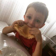 Ventajas de tener al #chef en casa: merendar #crepes con #nocilla y plátano cuando le apetece Se ha comido 3  #dessert #food #desserts #TagsForLikes #yum #yummy #amazing #instagood #instafood #sweet #chocolate #cake #icecream #dessertporn #delish #foods #delicious #tasty #eat #eating #hungry #foodpics #sweettooth #children #kid #dad #son