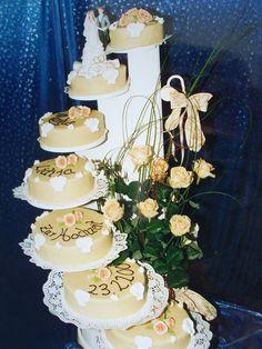 Tolle Hochzeits-Torte mit mehreren Treppenstufen und vielen Massa Ticino-Blumen.