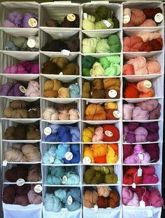 Opruimen van bollen wol of lapjes stof met simpele hangelementen van Ikea. Onthouden! Hobby Room, Ikea Hack, Getting Organized, Knitting Projects, Clean House, Textile Art, Crochet Patterns, Organization, Sewing