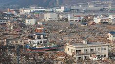 見つめ続ける大震災-東日本大震災から4年、被災地の今- - 毎日新聞:岩手県大船渡市の震災時 Japan Earthquake, Tsunami, Paris Skyline, March, Japanese, History, Travel, Historia, Viajes