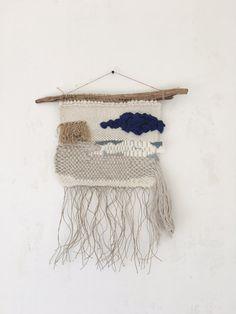 Tissage mural Dimensions : 30 x 50 cm avec franges Il se compose de laine, laine mèche, soie, lurex, lin et coton.